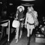 A Rolling Stone körül legyeskedő Marianne Faithfull és Anita Pallenberg tollas boával,kalapban kísérték a zenekar tagjait egyik fellépésről a másikra.