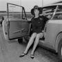 Jean Shrimpton egy ikonikus szitakötő kitűzővel és kalappal dobta fel kabátját a repüléshez.