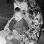 1973: Christiehez hasonlóan az angol színésznő, Charlotte Rampling is kertésznadrágban utazott, amit egy virágmintás blúzzal tett még nőiesebbé.