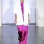 Rövidujjú kabátok és fényes anyagok Mark Kenly Domino Tan kifutóján.