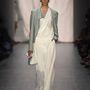 Jövő nyáron is divat lesz, szóval érdemes befektetni egy fehér overallba.(Guido Maria Kretschmer  - Berlini divathét - 2015 tavasz/nyár)