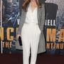 Leslie Mann bemutatja, hogyan érdemes hordani a fehér overallt, ha hűvösebbre fordul az idő.