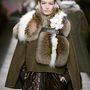 1: Karl Lagerfeld telepakolta a Fendi kifutóját szőrmével.