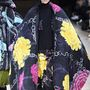 4: Yohji Yamamoto feltűnő, paplanszerű kabátokat tervezett.