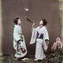 Ez a kép 1885 körül készült két kapán lányról játék közben.