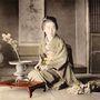Ezt a fotót az 1890-es években készítették egy virágokat rendezgető gésáról.