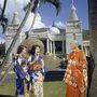 Egy buddhista szerzetes japán-amerikai turistákat köszönt Honoluluban. Év: 1954