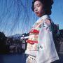 Ez már a hetvenes évek, a japán hölgy egy szilveszteri kimonót visel.