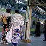 Ez már az 1990-es évek. Két lány kimonóban   várta a vonatot  Tokió Harajuku városrészében.
