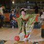 Gondolta volna, hogy bowlingozni is lehet kimonóban? A képen egy