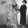 1957-ben egy Bernie Domenico nevű titkárnő segítségével mutatták be, hogyan is kell hordani a legdíszesebb kimonót.