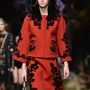 Valószínűleg a Dolce & Gabbanánál is méregdrágák a kapucnis piros kabátok.