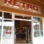Retro outlet: itt borzalmas prosztó techno zene üvöltött, de még ez sem üldözte el a vásárlók tömegét.