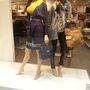 Orsay: Hasonló, de nem teljesen ugyanilyen bábukat láttunk az H&M Vörösmarty téri üzletében. Úgy tűnik, a frufrus, copfos vörös paróka most a trend a próbababáknál.