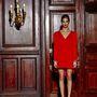 Visszafogott vörös ruha, díszítés nélkül.