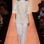 BCBGMAXAZRIA: ez az ujjmegoldás sem ismeretlen, de a fehér ingre vett törtfehér tunika újdonság.