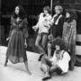 Londoni divatbemutatón gyülekező hippinek öltözött modellek 1967-ben.