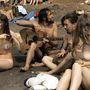 Anglia, 1969:  meztelen hippik szórakoznak Isle of Wight strandján.