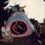 Woodstocki fesztiválozók ülnek sátruknál.