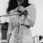 Christina 'Licorice' McKechnie, az angol The Incredible String Band énekesnője meghatódva nézi a woodstocki tömeget.