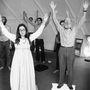 Hippi kommuna tagjai énekelnek.
