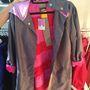 A pink betoldással elég jópofa ez a kabát is. 42 ezer forint helyett 29400 forint.