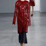 A textúrákkal bátran kísérletező tervező sportos elemeket is beépített a kollekciójába, így kíváncsian várjuk, hogy ruhái vajon milyen arányban tűnnek majd fel a közelgő vörös szőnyeges eseményeken.
