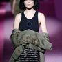 """""""Katonai ruhába bújtatott pin-up lányok"""" – mondta a sminktelen arcú modellek láttán a Le Figaro divatszerkesztője, Godfrey Deeney."""