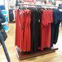 Ralph Lauren outlet: ruhák is vannak, nem csak ing és pulcsi, de azért a kínálat túlnyomó részt pont olyan, mint 8 éve.