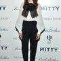 Először Kristen Wiig színésznőn fekete nadrággal
