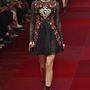 Kendall Jenner egy strasszokkal kirakott Dolce & Gabbana ruhában.