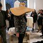 Az egyik vendég így jelent meg a megnyitón: ezt a kalapot még a Szex és New York Samathája is megirigyelné.