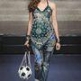 Gaultier kifutóján is megjelentek a más anyagokkal és színekkel kombinált farmernadrágok.
