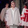 Munkájára leginkább a fehér és törtfehér színek a jellemzőek, a kifutón pedig láthattunk még dunyhából készült kimonót is.
