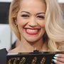 Rita Ora is nagyon boldog az Edie Parker táskájával, ő a Fogd! felirattal menőzik.