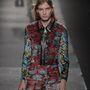 Louis Vuitton 2015 tavasz-nyár : a fiatal tervező ezúttal futurista megközelítésbe helyezte a hatvanas-hetvenes évek divatját.