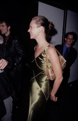Olajzöld szaténruhában 1990-ben.