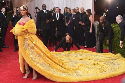 Ez pedig már említett ruha. Bár sokan tojásrántottának csúfolják, az azért elismerendő, hogy 2 évig készült.