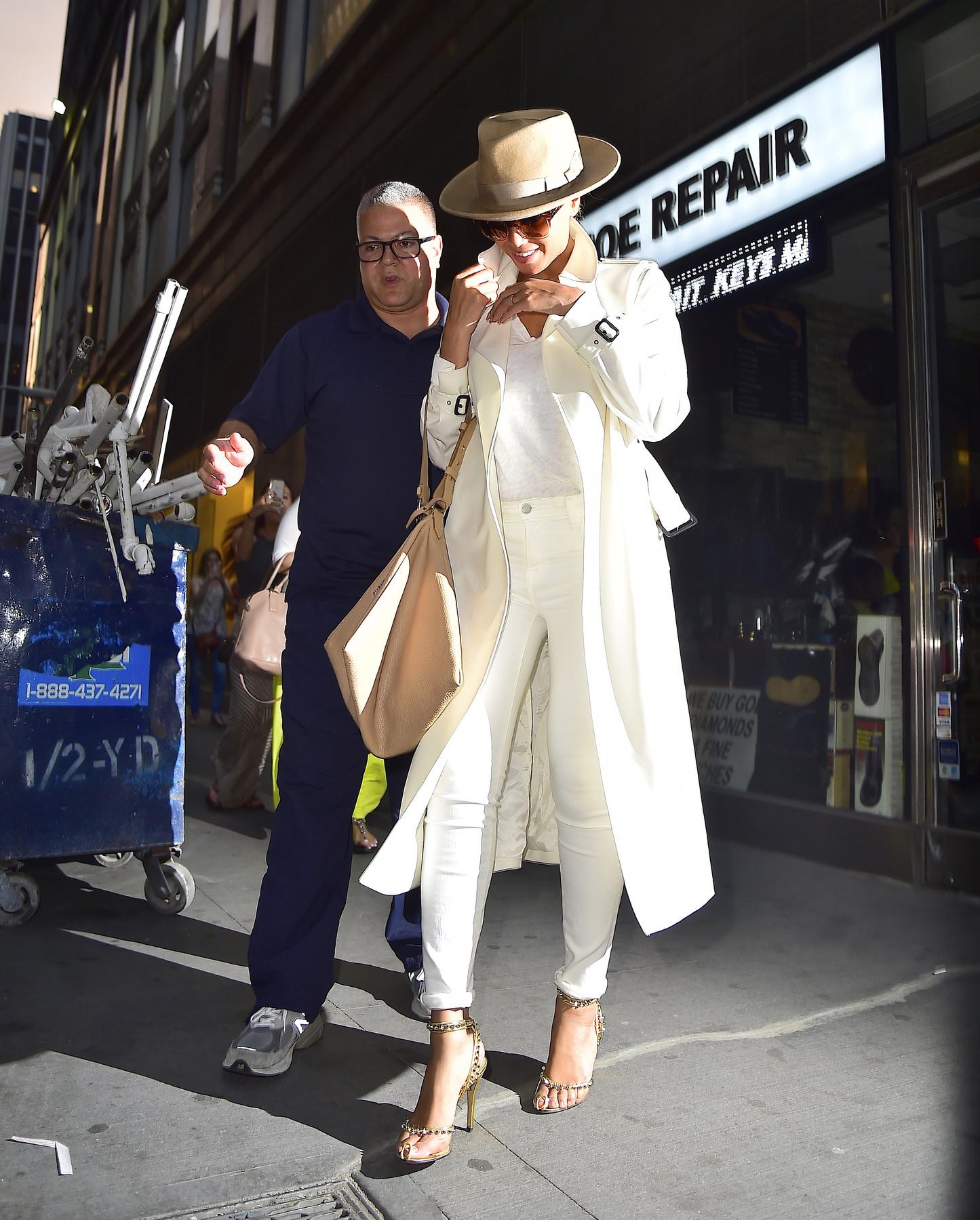 Kylie Jennert váráslás közben fotózták le, és bár ő is egy szaggatott szoknyát és inget viselt, a lábaira egy fűzős magas sarkú csizma került.