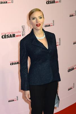 Scarlett Johansson a forma 'Navy Blue' verziójában jelent meg egy vörösszőnyeges eseményen Párizsban.