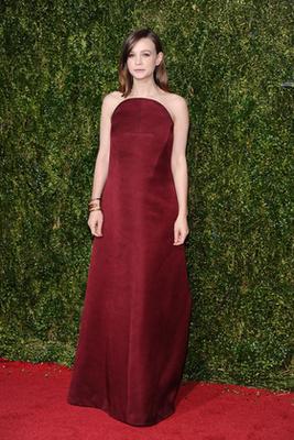 Carey Mulligan egy csinos Balenciaga ruhában pózol a vörösszőnyegen.