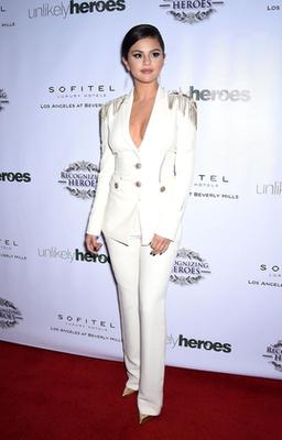 Goldie Hawn szuperdögös lánya, Kate Hudson egy pár Brian Atwood cipővel és a Pomellato luxusékszereivel dobta fel az Alexander McQueen által tervezett fekete-fehér kosztümöt, amit a Glee Los Angeles-i premierjén viselt 2012 szeptemberében.