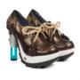 210 fontos. 92.045 forintos ára ellenére szinte pillanatok alatt elkapkodták a fénykard sarkú cipőt az üzletből.