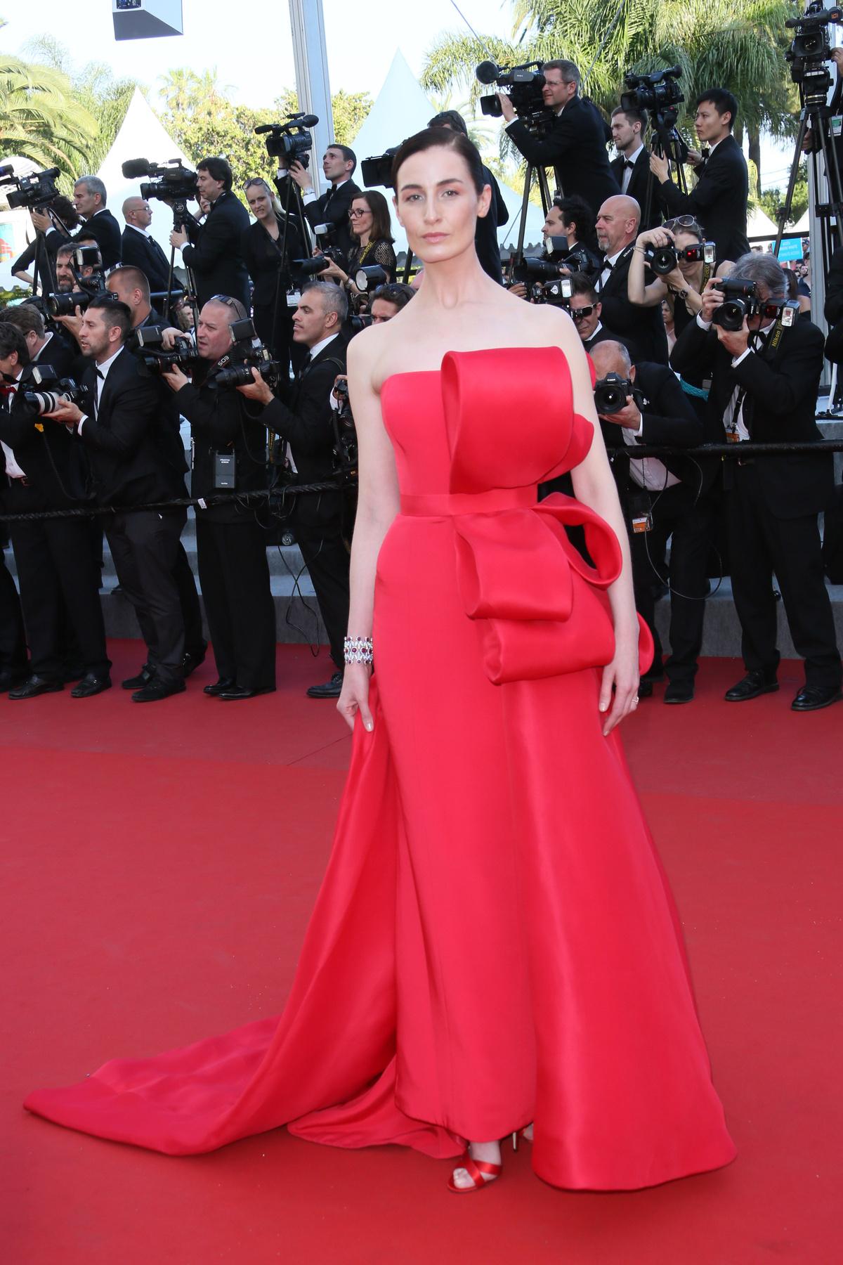 Zoe Kravitz is egy ilyen istennős Valentino ruhában jelent meg az új Mad Max film cannes-i premierjén 2015 májusában.