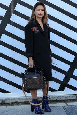 Makenzie Leight tetőtől-talpig Miu Miu szerelésben pózolt Párizsban.