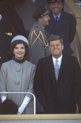 ...aki hasonló ruhában jelent meg John F. Kennedy 1961-es beiktatásán.
