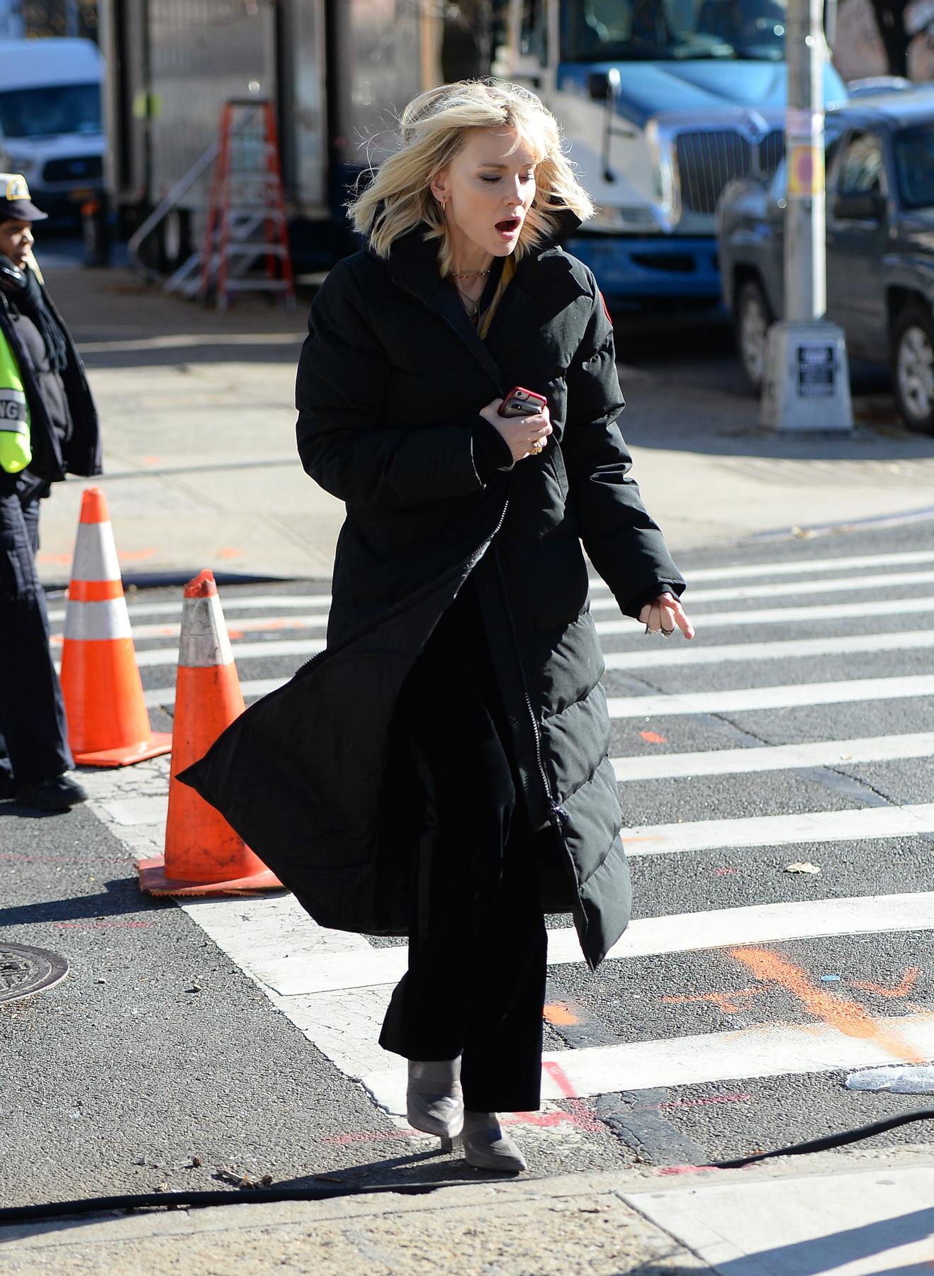 Madonna a londoni tél ellen is nagykabáttal és meleg nadrággal védekezik. .