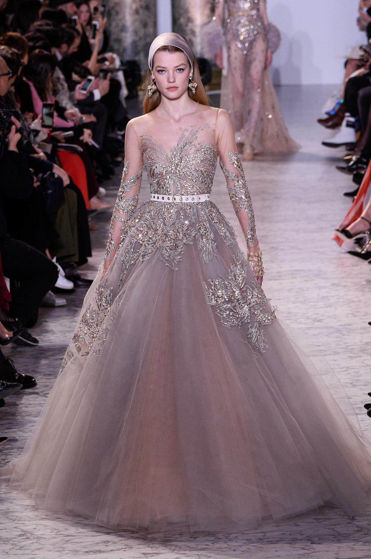 d75825ad83 Rózsaszín ruha, fodrok, puffos ujjak és öves megoldás a Chanelnél.
