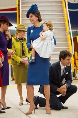Erről a képről csak a kalap hiányzik: megvan a körömcipő, a doboztáska, a térdig érő hossz és az öv is!