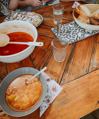 Jól esett az ebéd, amit szintén helyi asszonyok készítettek itteni alapanyagokból.